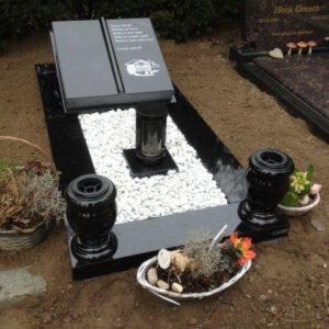 Banden-graf-met-bijbel-op-een-sokkel