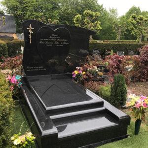 Grafsteen hart verhoogd zwart, prijs op aanvraag.