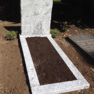 Grafsteen kopsteen randen ruw gekapt Viscont white