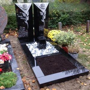 Pilaren met rozen zwart graniet